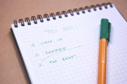 Sporządzenie listy rzeczy  do zrobienia może ci  pomóc w problemach z zasypianiem
